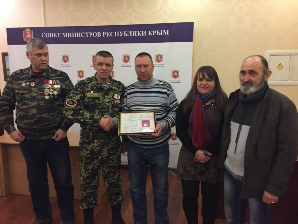 Передача родственникам бойца Красной Армии награды