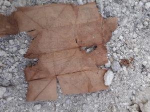 Свернутый листок бумаги с изображением руки и текст
